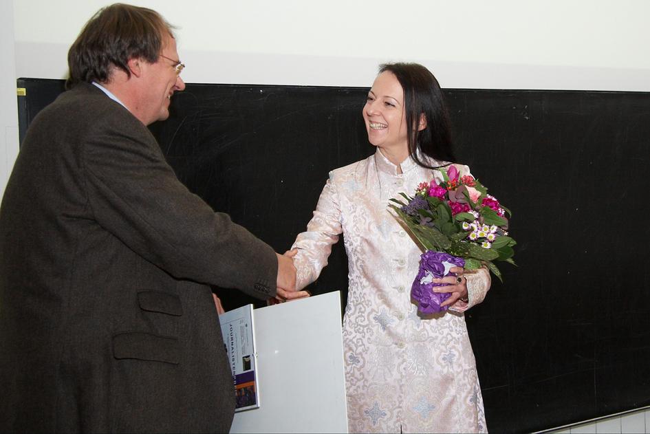 Prof. Dr. Harald Dobnig überreicht den Preis an Sabine Fisch. C Thomas Preiss