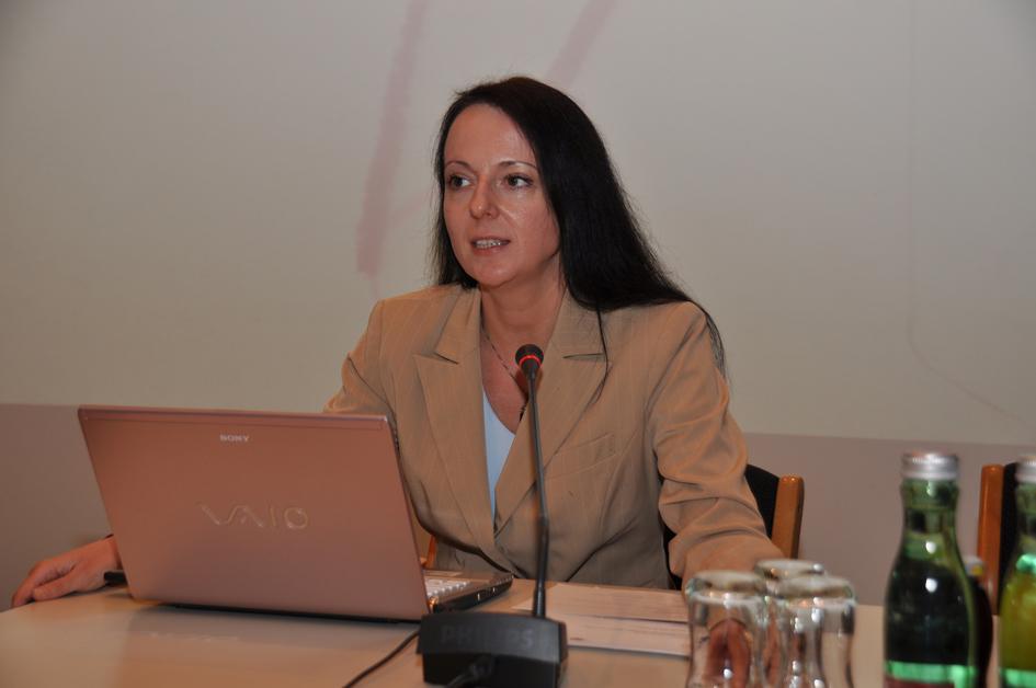 Sabine Fisch begrüßt die Gäste